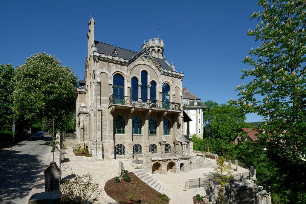 Normannenhaus Jena - mit Travertin Natursteinpflaster und Blockstufen von TRACO
