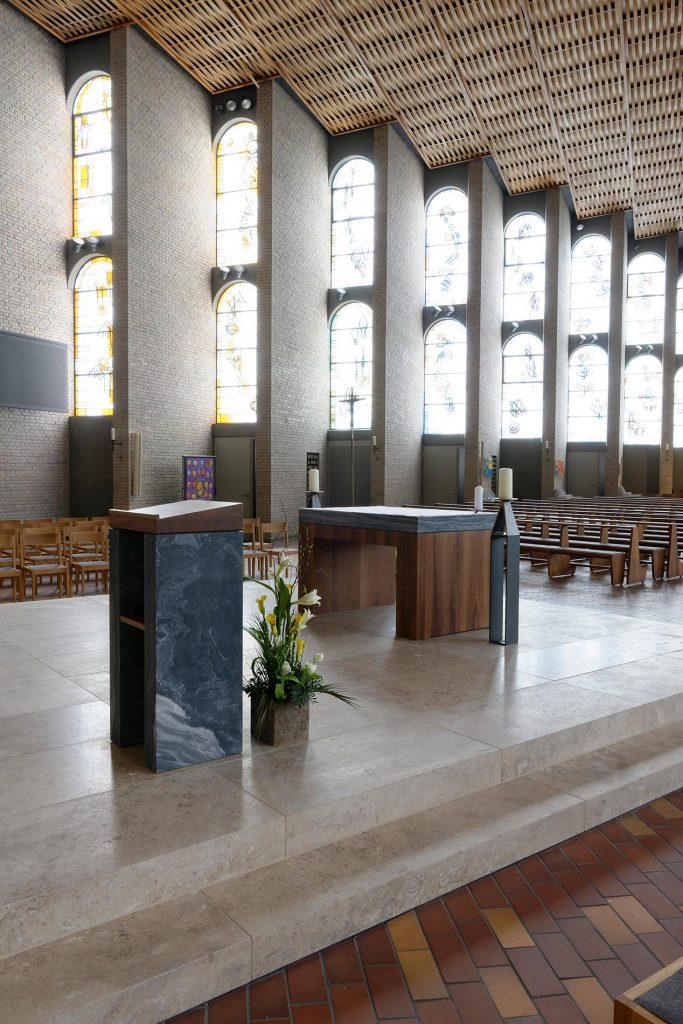 St.Konrad Kirche in Karlsruhe - mit einem Naturstein Altaraus Travertin Sonderbuch von TRACO