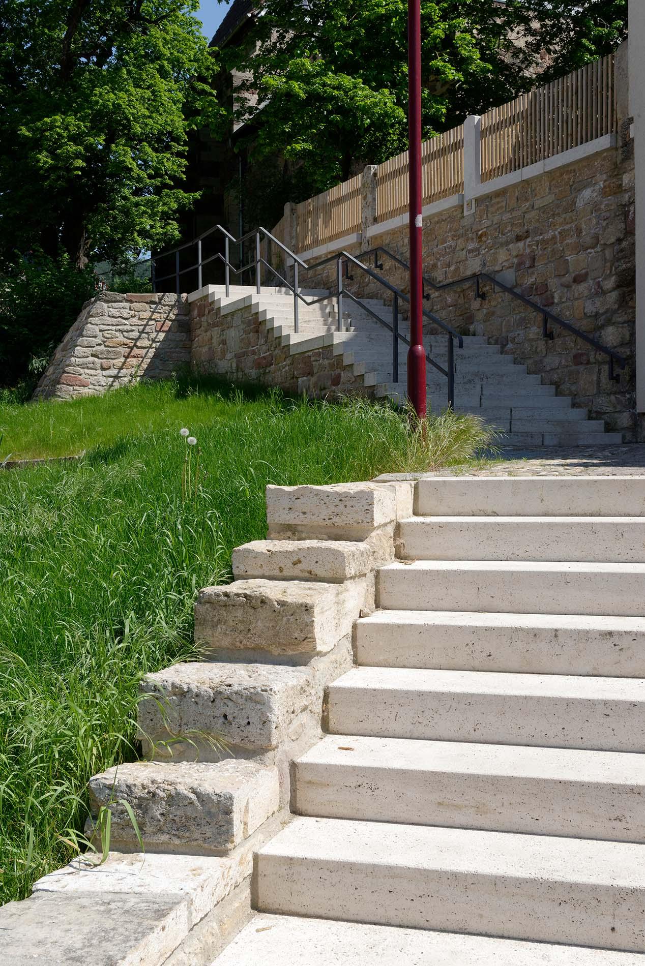 Blockstufen und Mauersteine aus Bauhaus Travertin - Jena Alt Lobeda