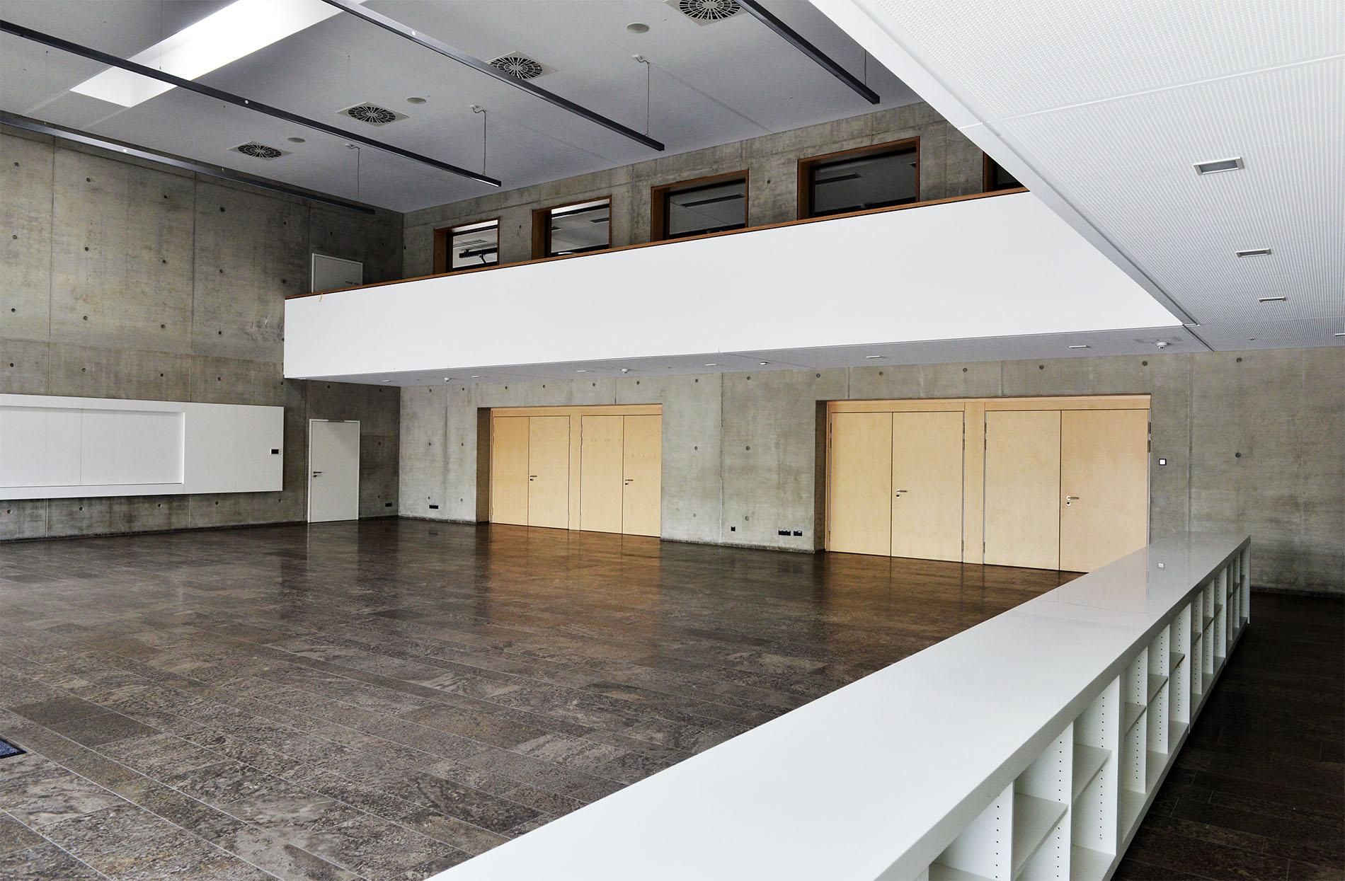 Mehrzweckhalle in Weißenhorn mit Bodenplatten und Sockelleisten aus Kohlplatter Muschelkalk
