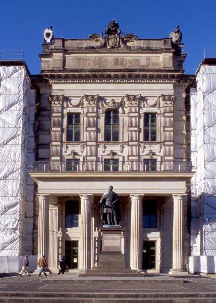 Natursteinfassade mit Säulen