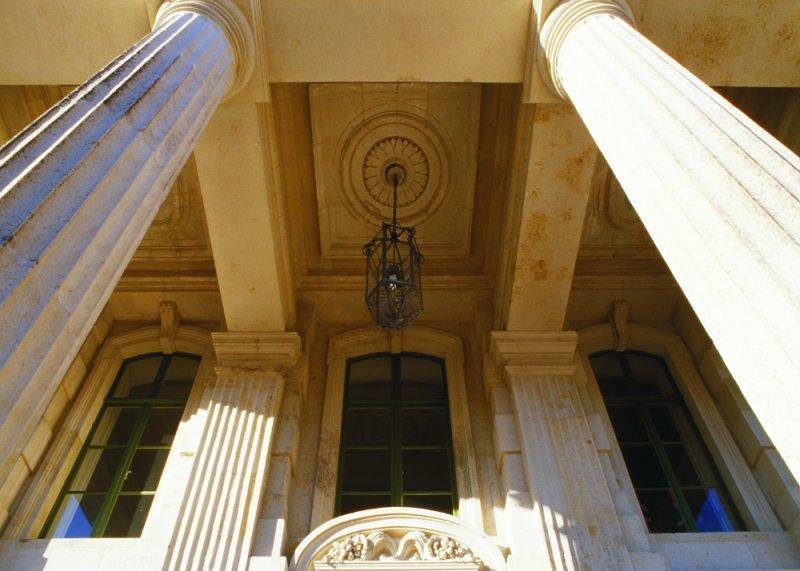 Zwei tragende Säulen aus Sandstein