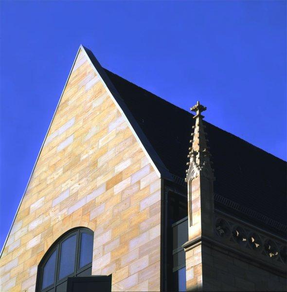 Fassade aus TRACO Natursteinen
