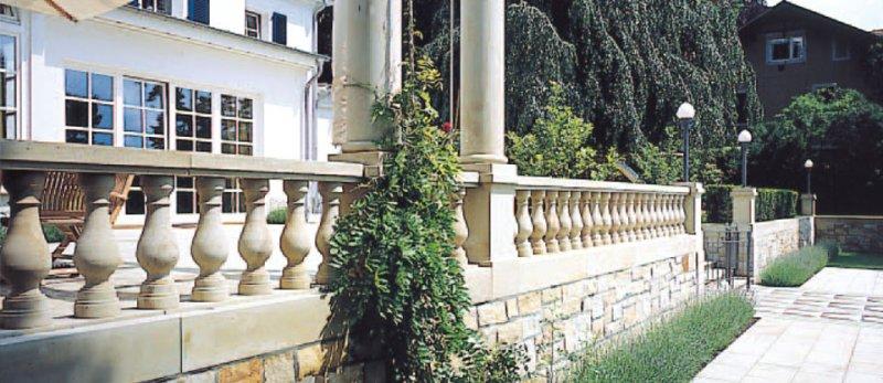 Terrasse mit Natursteinmauer von TRACO