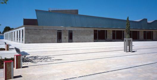 Fassade und Bodenbelag aus Natursteinen von TRACO