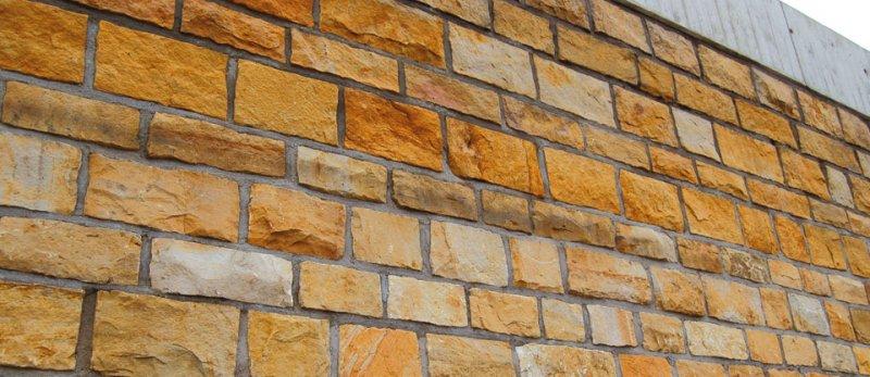 Mauer aus TRACO Naturstein