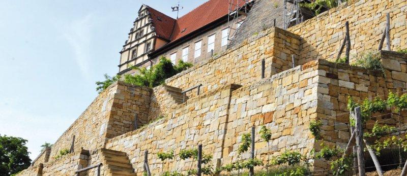 Hohe Mauer aus Naturstein von TRACO