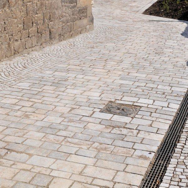 Reihenpflaster aus Natursteinen von TRACO