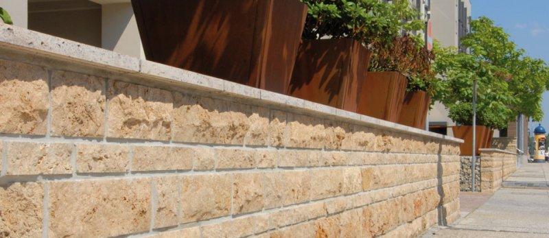 Mauer mit Verblendern aus Natursteinen von TRACO