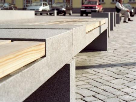 Nahaufnahme von Bank mit Natursteinelementen von TRACO angewendet als Stadtmöblierung