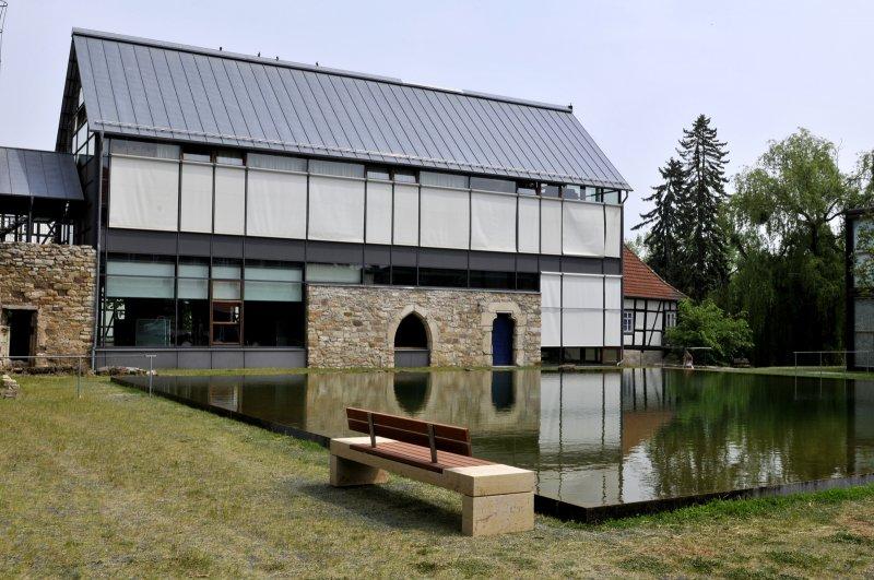 Bank mit Natursteinelementen vn TRACO vor Wasseranlage