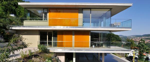 Villa mit Natursteingestaltung von TRACO