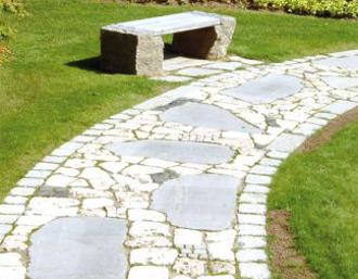 Gartenweg aus römischem Pflaster aus Natursteinen von TRACO