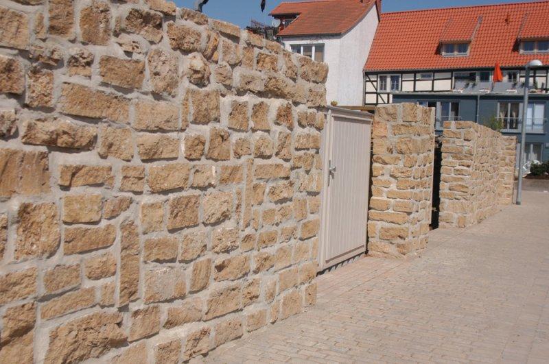 Mauer aus TRACO Natursteinen
