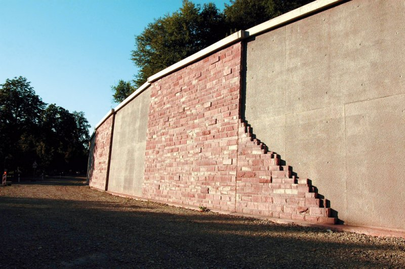 Natusteinverkleidung einer Mauer mit rotem Naturstein von TRACO