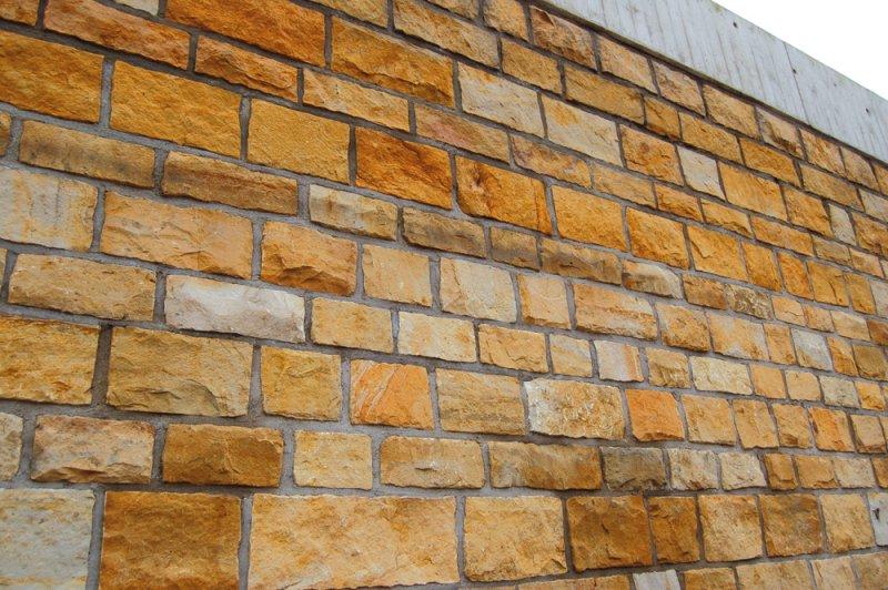 Hammerrechtes Schichtenmauerwerk aus gelben bis weißen Seeberger Sandstein von TRACO