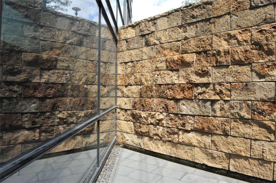 Hammerrechtes Schichtenmauerwerk beigem Thüringer Travertin von TRACO