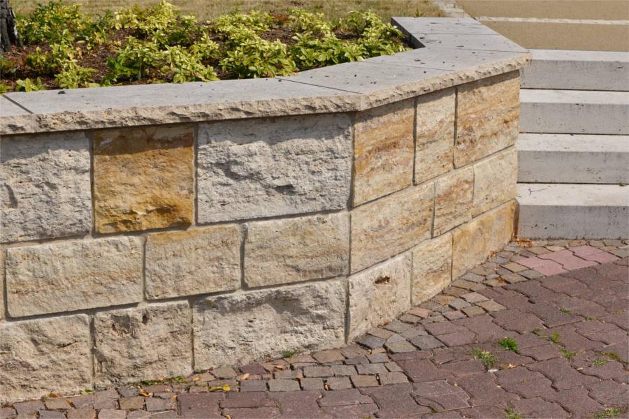 Hammerrechtes Schichtenmauerwerk beigem Travertin von TRACO