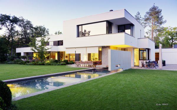 Gestaltung einer Villa im Gartenbereich mit Natursteinen von TRACO