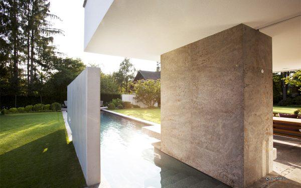 Villa mit Natursteinelementen von TRACO
