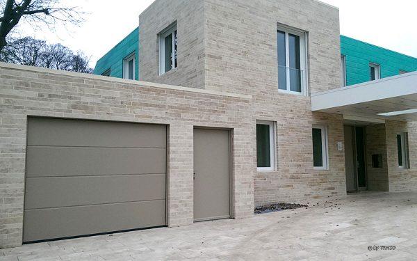 Fassade aus hellem Naturstein von TRACO