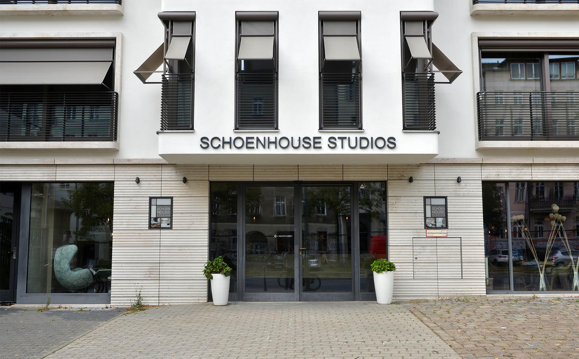 Berlin Schoenhouse Studios mit einer kannelierten Travertin Natursteinfassade von TRACO