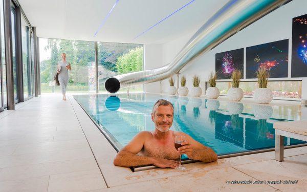 Bildquelle: Saint-Gobain Weber | Fotograf: Olaf Rohl; Blick auf einen Indoorpool mit Boden aus Travertin Bauhaus hell von TRACO