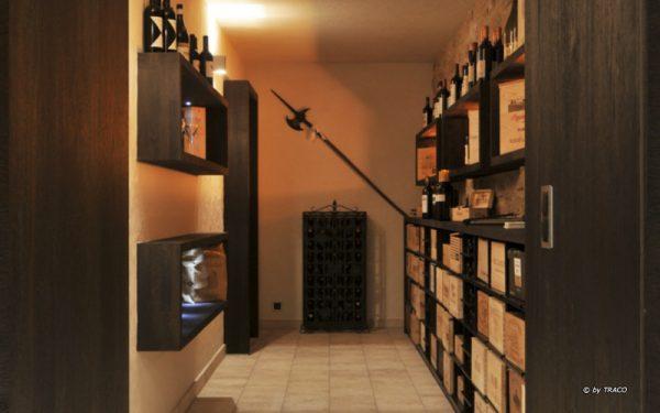 Natursteinbodenplatten in Weinkeller aus hellem Travertin von TRACO
