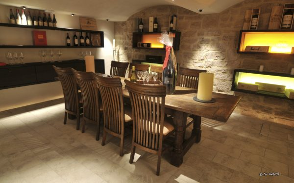 Bodenplatten im Weinkeller aus Naturstein von TRACO