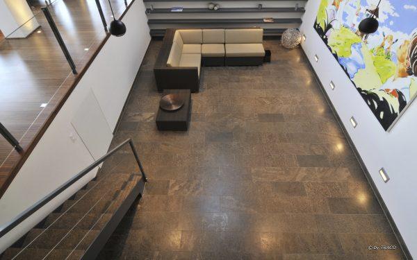 Bodenplatten im Innenbereich aus edelgrauem Naturstein von TRACO