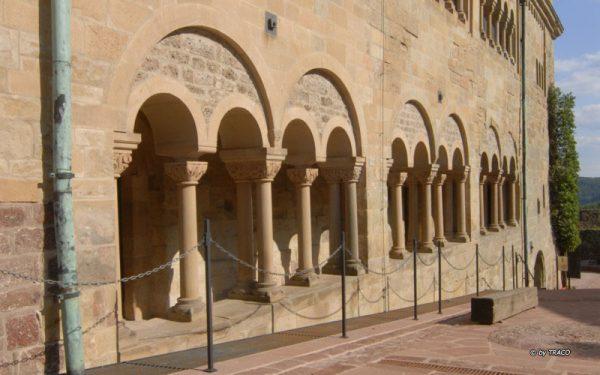 Seitlicher Ansicht auf die Wartburg und den Platz aus Polygonalplatten aus rotem Tambacher Sandstein von TRACO