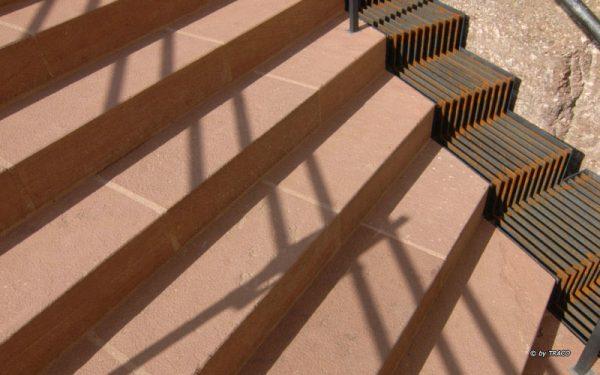 Blockstufen außen an der Wartburg aus rotem Tambacher Sandstein von TRACO