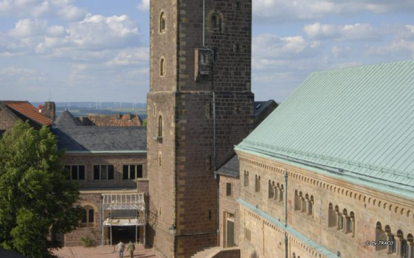 Blick von oben auf die Wartburg und den Platz aus Polygonalplatten aus rotem Tambacher Sandstein von TRACO