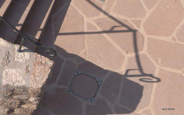 Bodenbelag außen aus Polygonalplatten in rotem Tambacher Sandstein von TRACO