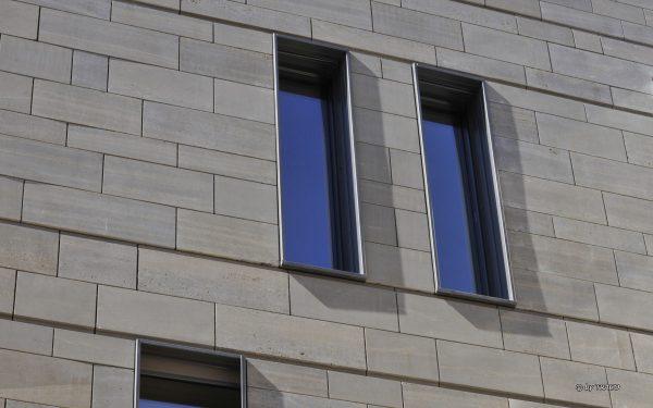 Nahaufnahme Fassade aus Naturstein von TRACO