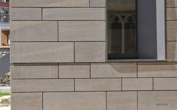Detailaufnahme Fassade aus Naturstein von TRACO