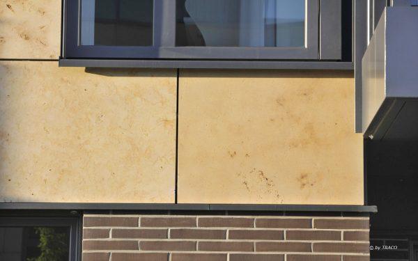 Detailaufnahme von Naturstein von TRACO an Fassade
