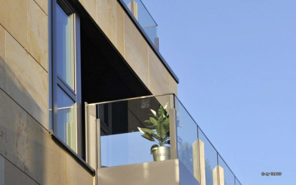 Naturstein von TRACO an Fassade über Wasser
