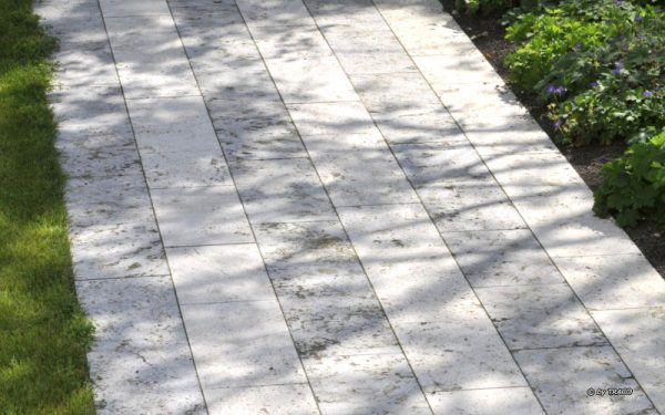 Bodenplatten im Wechsel aus grauem Muschelkalk und beigem Travertin von TRACCO