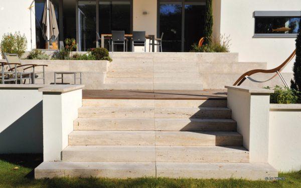 Treppenstufen aus beigem Naturstein von TRACO