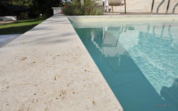 Poolumrandung aus hellem Naturstein von TRACO