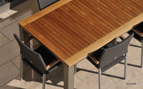 Terrassengestaltung mit Bodenplatten aus Naturstein von TRACO