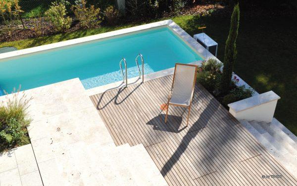 Terrasse mit Pool und Umrandung aus Natursteinen von TRACO