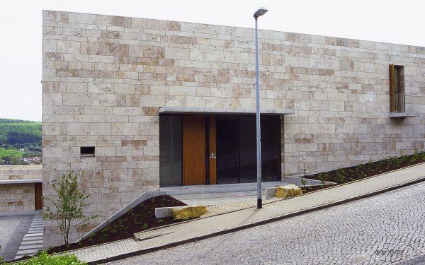 Fassade Haus Wißgott aus Natursteinen von TRACO