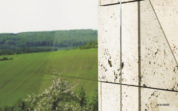 Nahaufnahme einer Natursteinfassade von TRACO bei Haus WIßgott