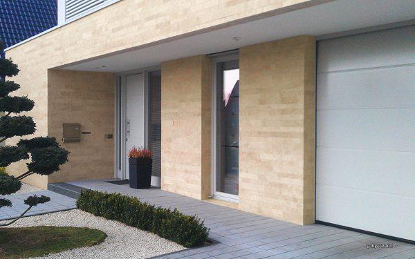 Stadtvilla mit Natursteinfassade aus Bauhaus Travertin von TRACO
