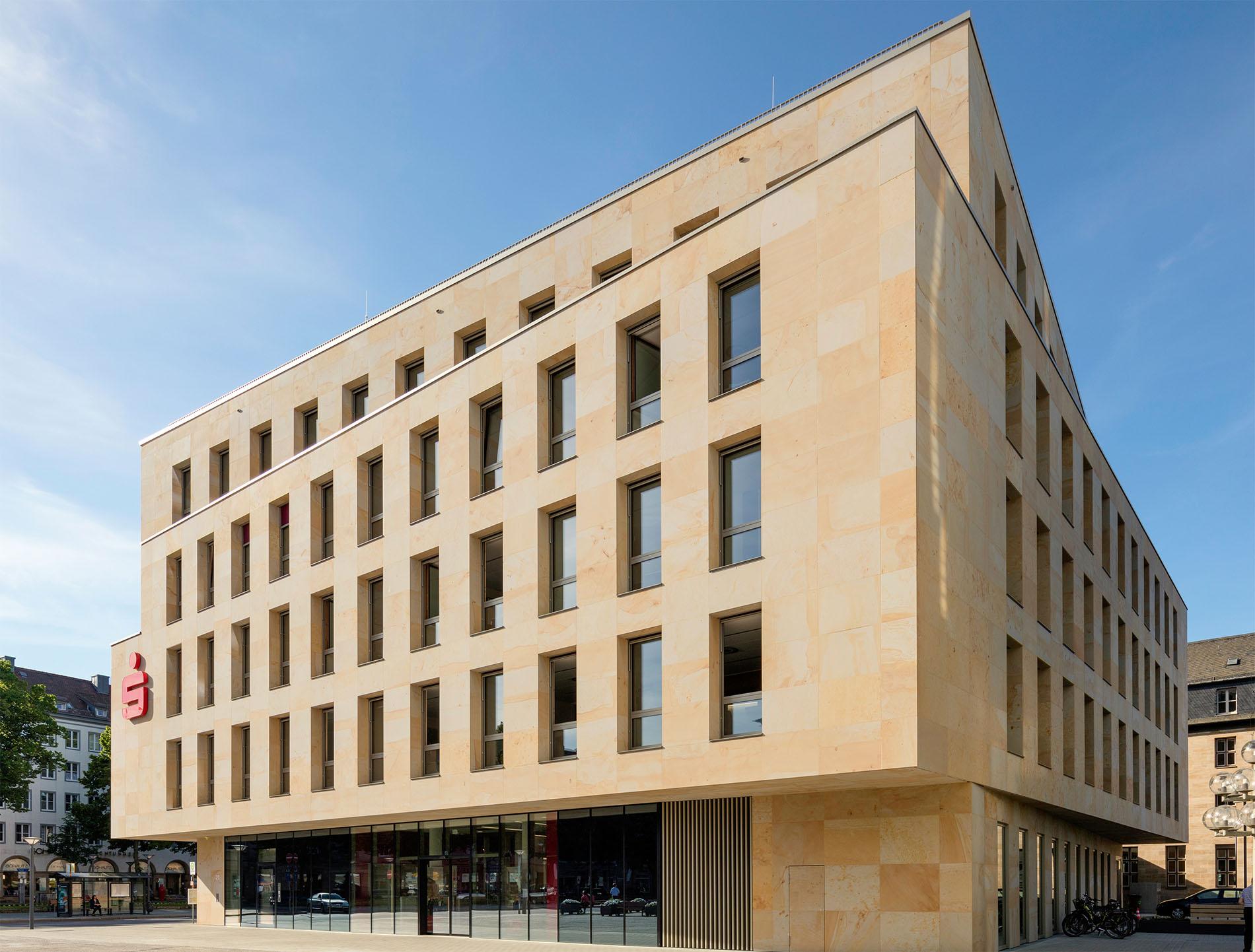 Kundenhaus der Sparkasse Bayreuth mit einer Natursteinfassade aus Seeberger Sandstein von TRACO