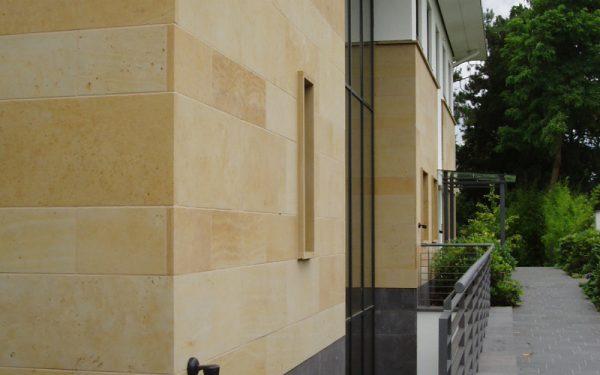 Fassadenverkleidung, Fensterbänke und Abdeckungen aus Seeberger Sandstein von TRACO