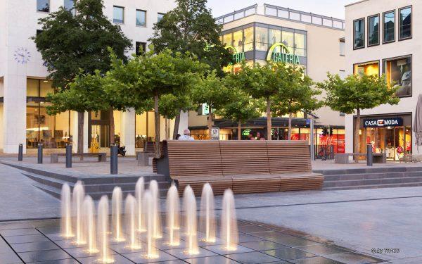 Universitätsplatz Fulda mit Natursteinelementen von TRACO