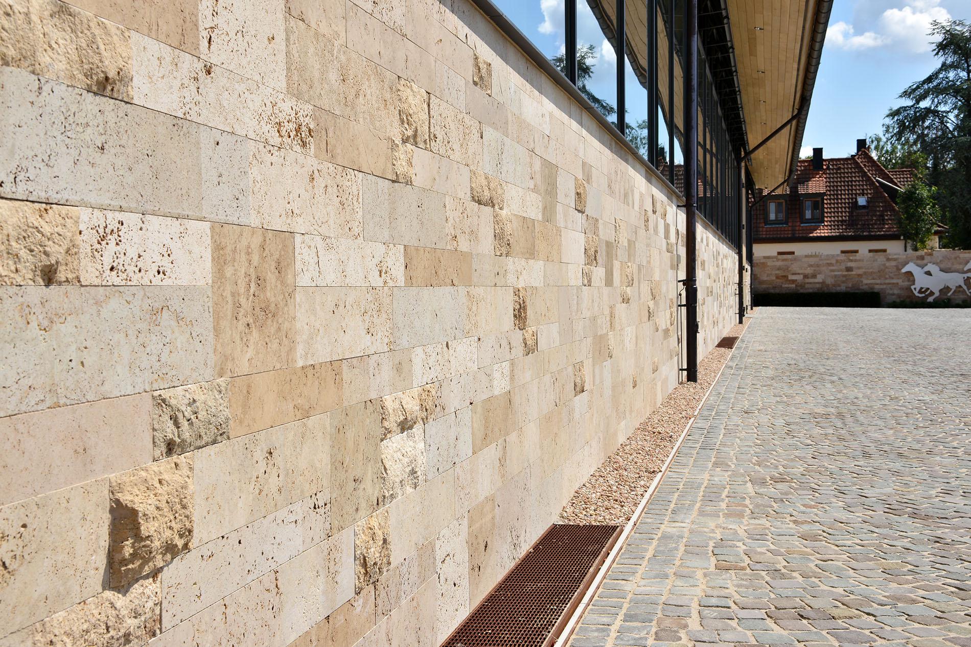 Uhlenhorster Lichthöfe Hamburg mit TRACO Fassadenplatten aus Bauhaus Travertin